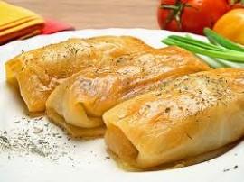 Ostudzony ryż mieszam z mięsem i pozostałymi składnikami. Kapustę (włoską) obieram z brzydkich liści i wrzucam do gorącej wody ...
