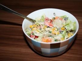 Odcedzić tuńczyka, kukurydze i groszek. Pokroić drobno kabanosy, jajka i szczypiosek. Dodać do miski osączonego tuńczyka, kukury...