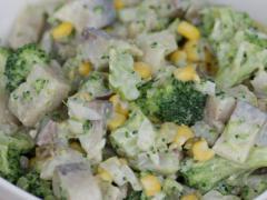 Sałatka śledziowa z brokułem
