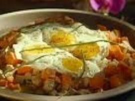 Ziemniaki gotujemy w mundurkach, obieramy, kroimy w kostkę, pozostałe składniki również kroimy w kostkę (pomidory wpierw parzymy...