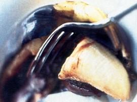 Rozrywamy skórkę banana nożem, wkładamy 2-3 kostki czekolady. Wkładamy do piekarnika i czekamy aż czekolada się rozpuści....