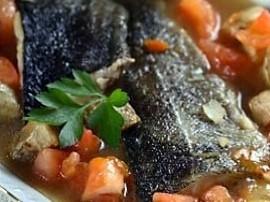 Papryki sparzyć wodą, zdjąć skórkę i pokroić w paski. Filety obtoczyć w mące i usmażyć na złoty kolor. Rybę przełożyć do naczyni...
