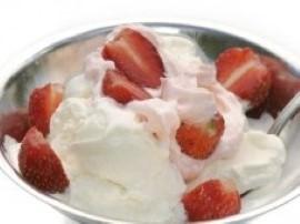 Najpierw należy przygotować pucharek do lodów. Następnie myjemy truskawki i obieramy z szypułek. Umyte truskawki kroimy na pół. ...