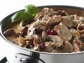 W dużym rondlu rozgrzać masło, obrumienić na nim mięso. Gdy mięso się zarumieni dodajemy cebulę i grzyby, dusimy razem 5 minut ...