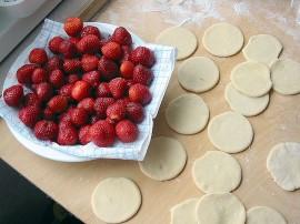 Truskawki umyć, odszypułkować, pokroić i zasypać trzema łyżkami cukru. Z mąki, jaja i wody zagnieść ciasto. Rozwałkować je na ...