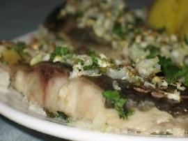 Karpia należy rozmrozić i osuszyć. Nacieramy rybę pieprzem, drobno pokrojoną cebulą i natką. Zostawiamy by ryba nabrała aromatu....