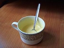 Wbijasz białko do miski a żółtko do kubka. Białko ubijasz w pianę dolewasz żółtko  i wszystko jeszcze ras ubijasz dosypując ka...