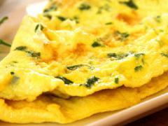 Jajka starannie roztrzepać, dodając pozostałe składniki - ciągle starając się aby wbić jak najwięcej powietrza do ciasta. Masło ...