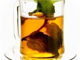 Letnią wodą zalewamy herbatę, wkładamy łyżkę miodu i intensywnie mieszamy Wlewamy oranżadę i mieszamy. Po 30 sek. mieszania wkł...