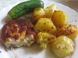 Filety pokroić w bardzo drobną kostkę, oprószyć vegetą dodać starkowany na grubych oczkach ser ( ewentualnie drobno pokrojony ),...