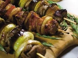 Schab i boczek pokroić w cienkie plastry i przekroić na pół w zależności od grubości mięsa - powinny być nieduże kawałki. Rozłoż...