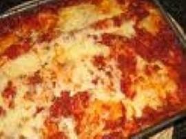 Cebulę i czosnek siekamy, smażymy na oliwie, wkładamy mięso i smażymy do zrumienienia, dodajemy pomidory z puszki, bazylię i ore...