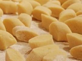 Ziemniaki gotujemy w mundurkach, obieramy i przepuszczamy przez prask� lub mielimy. Do zmielonych ziemniak�w dodajemy m�k�, jajk...
