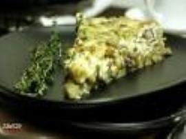 Rozmrożony szpinak dusimy na patelni na łyżce masła, doprawiamy solą, pieprzem i tymiankiem. Twaróg i ser plesniowy rozgniatamy ...
