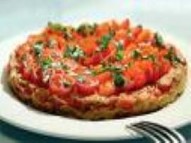 Pomidory sparzamy, obieramy ze skóry, 3/4  fety kroimy w kostkę, 1/4 zostawiamy, śmietanę miksujemy z jajkiem i dodajemy pokrusz...
