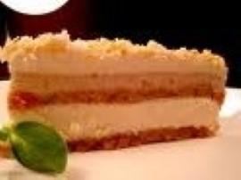 Połowę biszkoptów wyłożyć na spód blaszki, tortownicy itp. Masło utrzeć z cukrem, dodać jajka. Banany zmiksować (można skropić ...