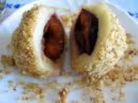 Zamiast śliwki węgierki można użyć truskawek a sezon na nie tuż, tuż :)  Ziemniaki umyć, ugotować w mundurkach, obrać i zemleć...