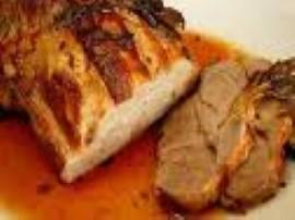 Mięso umyć, osuszyć, ponacinać głęboko wąskim nożem, w nacięcia powsadzać ząbki czosnku. Mięso natrzeć solą oraz 2 łyżkami oleju...