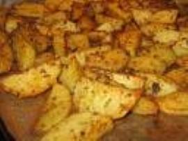 Ziemniaki obrać i pokroić na ćwiartki i natrzeć przyprawami. smażyć w oleju aż zmiękną.  Można także zrobić sos (śmietana lub j...