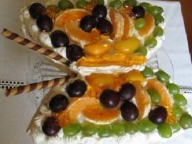 Mleczna czekolad� po�ama�, oddzieli� bia�ka od jajek i ubi�  z nich pian� z 3 �y�kami zimnej wody, ubijaj�c wsypywa� cukier, dod...