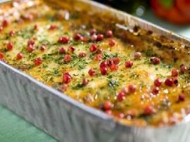 Filety pokroić w kostkę, podsmażyć na oliwie z posiekaną cebulą i czosnkiem, dodać pokrojoną w kostkę paprykę, brokuł i smażyć 3...