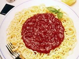 Marchew zetrzyj na tarce. Pokrój drobno cebulę i posiekaj czosnek. Podsmaż warzywa na rozgrzanej oliwie, dodaj mięso mielone i s...