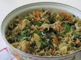 Pierś umyć, pokroić na paseczki, skropić sosem sojowym i odstawić na pół godziny, w tym czasie przygotować warzywa. Marchewkę ob...
