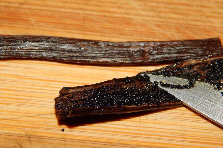 Za pomocą łyżeczki lub tępej strony noża wyskrobuję nasiona wanilii.