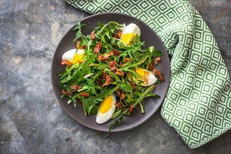 salatka-wiosenna-handerek-jajko-bekon-rukola